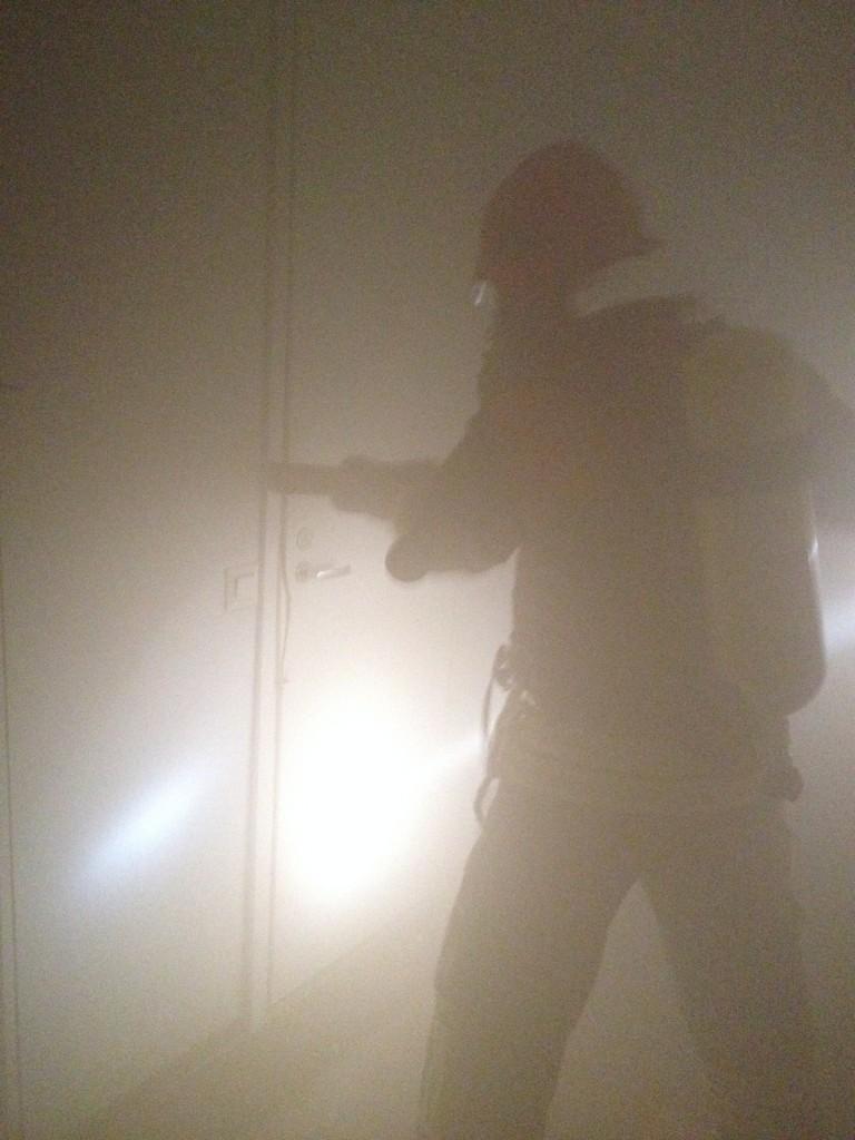 Savusukeltaja avaa ovea murtoraudalla