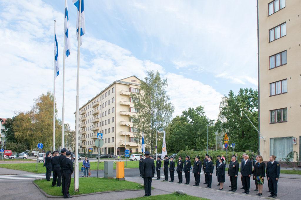 Kello 10:00 nostettiin juhlallisesti kolme Suomenlippua palokunnan 100-vuostijuhlien kunniaksi.