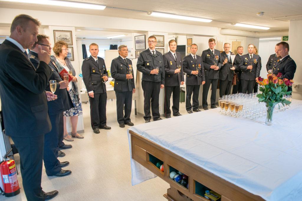Kello 13:00 alkaen kutsuvieraat toivat tervehdyksensä juhlivalle palokunnalle. Kuvassa helsinkiläisten sopimuspalokuntien ja Helsingin Pelastusliiton edustajia onnittelemassa LVPK:ta.