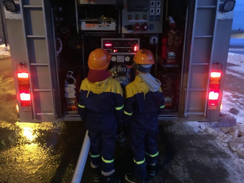 Palokuntanuoret paloauton pumpulla